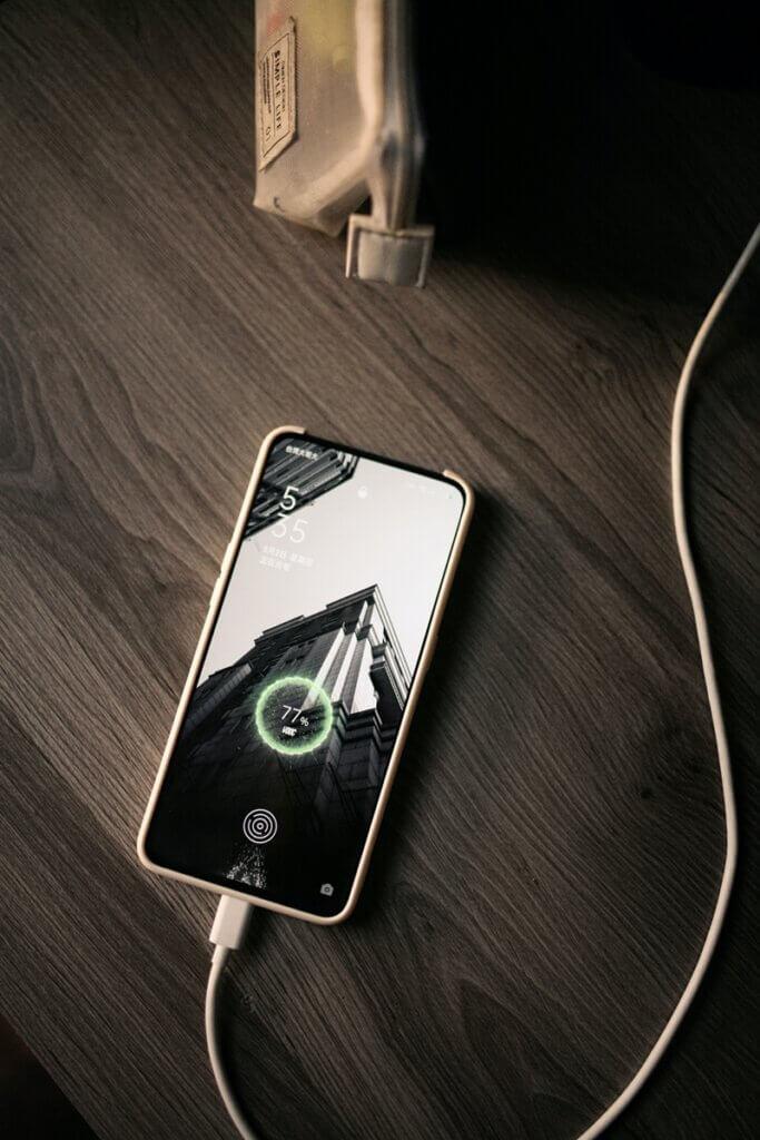 充電中のスマートフォンの画像