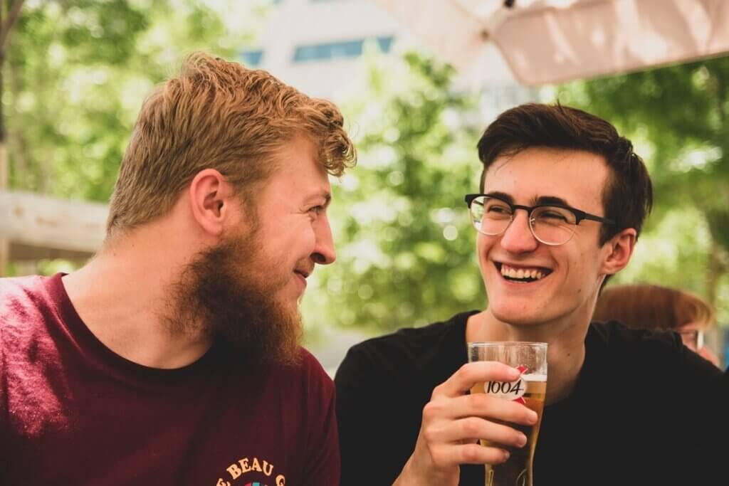 楽しそうに会話する二人の外国人男性の画像