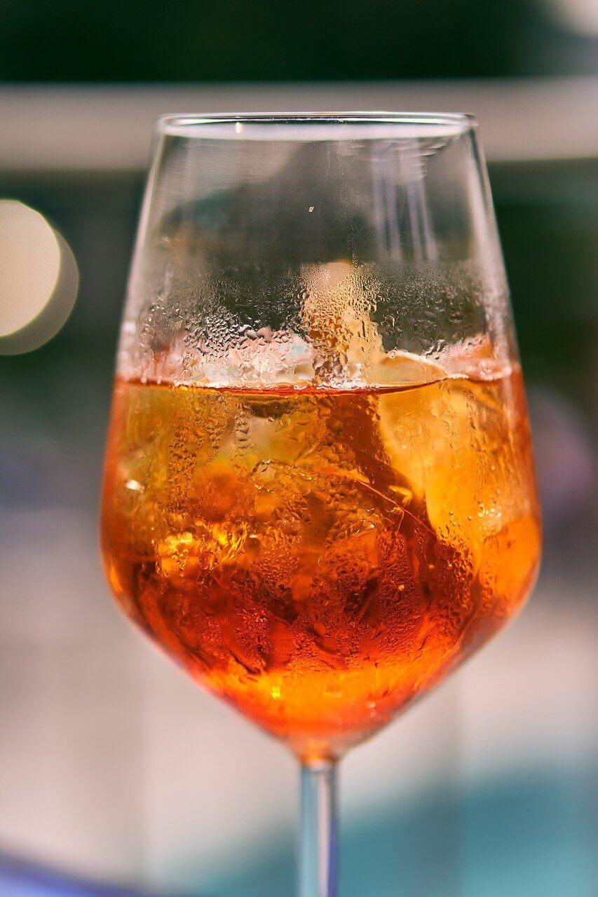 氷の入った紅茶の画像