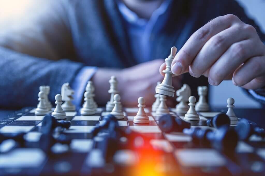チェスをする男性の画像
