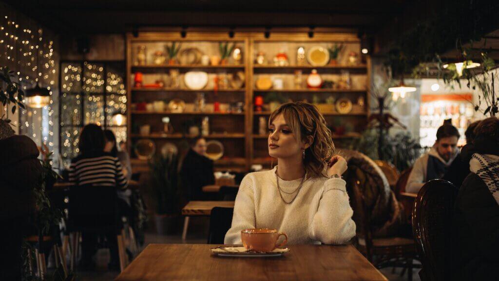 カフェの中でくつろぐ外国人女性の画像