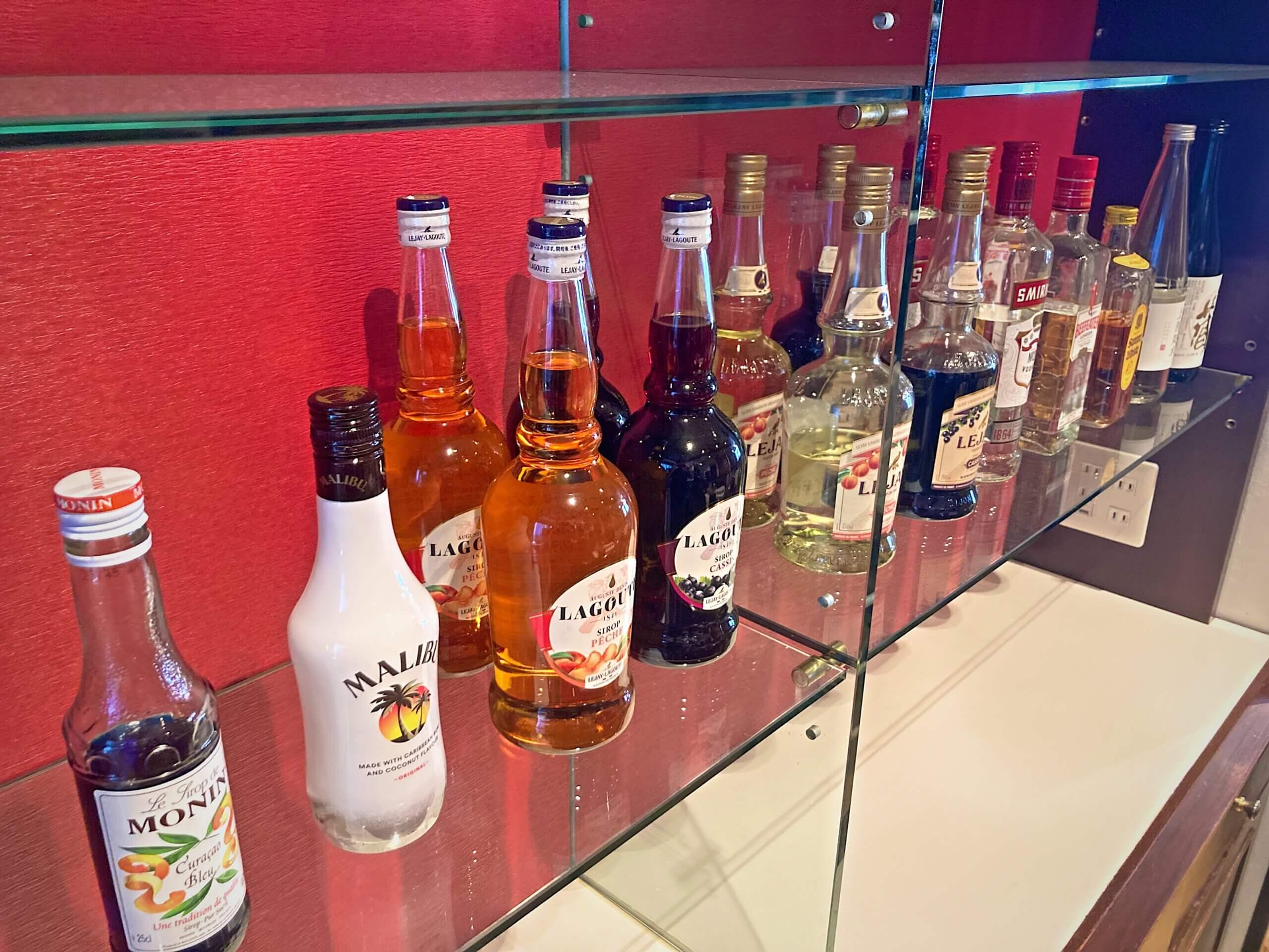 酒類を並べた棚の画像