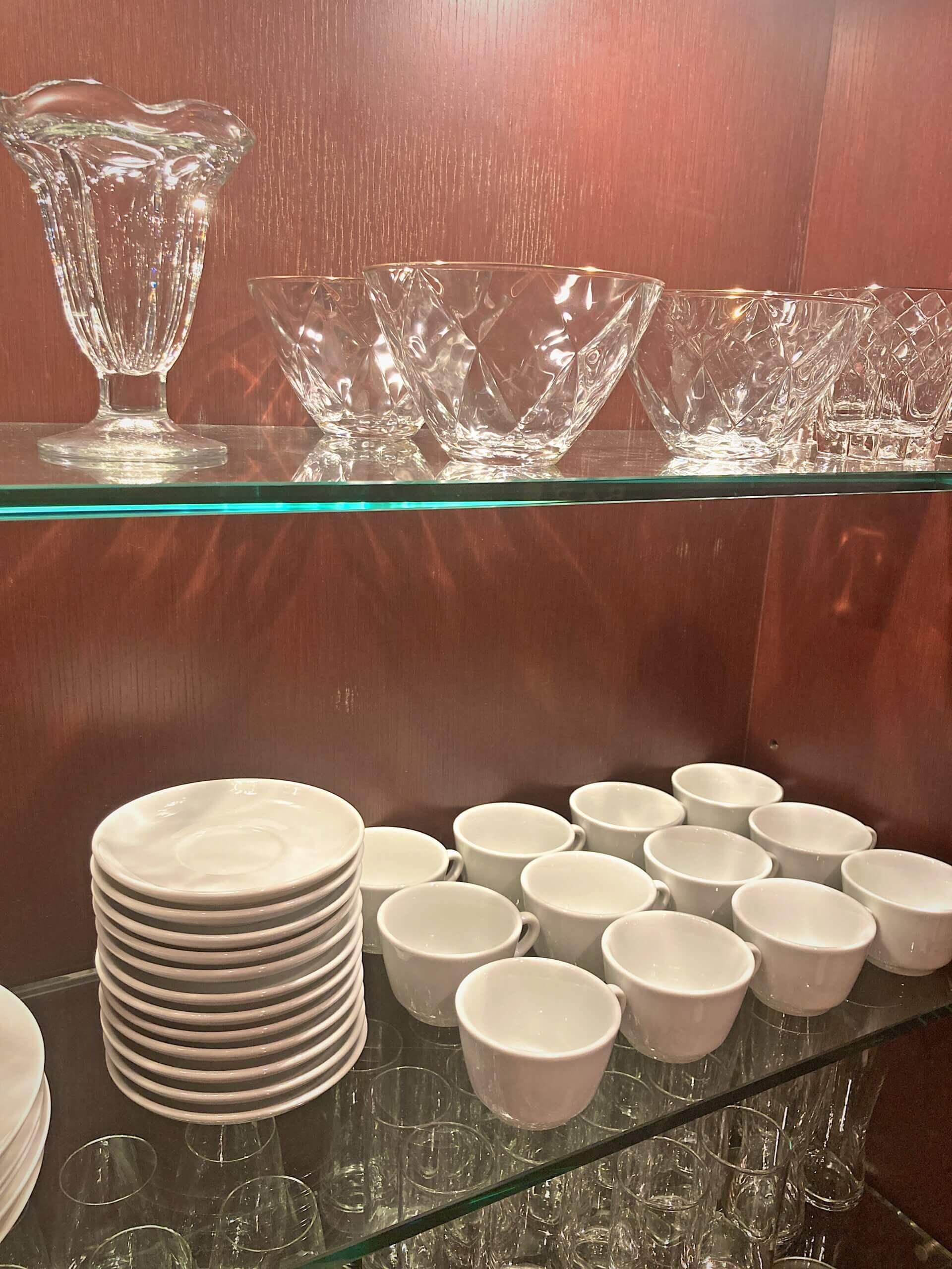 棚に入った皿、グラスの画像